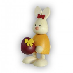 Kaninchen Emma mit großem Ei