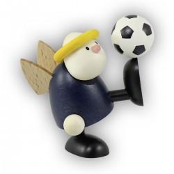 Engel Hans mit Fußball auf Fuß